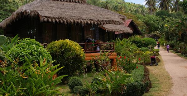 Das Bow Thong Resort liegt am nördlichen Ende vom Sairee Beach auf Koh Tao. In`s Sairee Village braucht man zu Fuß etwa 10 Minuten, hier findet der Urlauber […]
