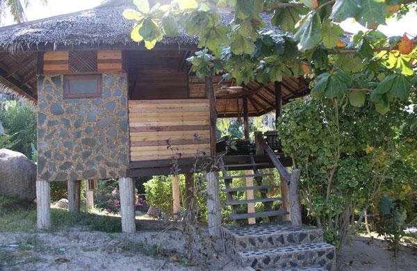 Das Sensi Paradise Beach Resort liegt im Osten von Koh Tao am südlichen Ende der Mae Haad Bay. Das Resort ist sehr weitläufig, die unterschiedlichen Bungalowtypen verteilen sich […]