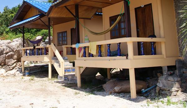 Die Orchid Bungalows liegen im Süd-Westen von Koh Tao am June Juea Beach. Manche der Bungalows sind wie Schwalbennester an die Felsen gebaut. Der Garten zwischen den Bungalows […]