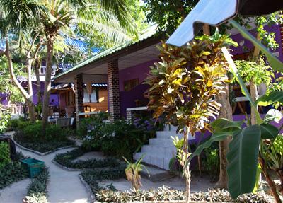 Die Kallapangha Bungalows – Koh Tao liegen nicht direkt an der Mae Haad Bay, aber bis dahin sind nur ein paar Schritte und da befindet sich dann auch […]