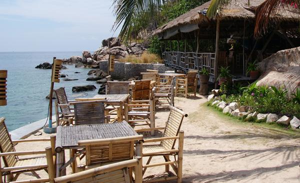 Das View Point Resort liegt in einer kleinen Bucht etwas abgelegen vom Hauptstrand im Süden von Koh Tao. Die Bucht wird von großen Felsen begrenzt. Das nächste Dorf […]